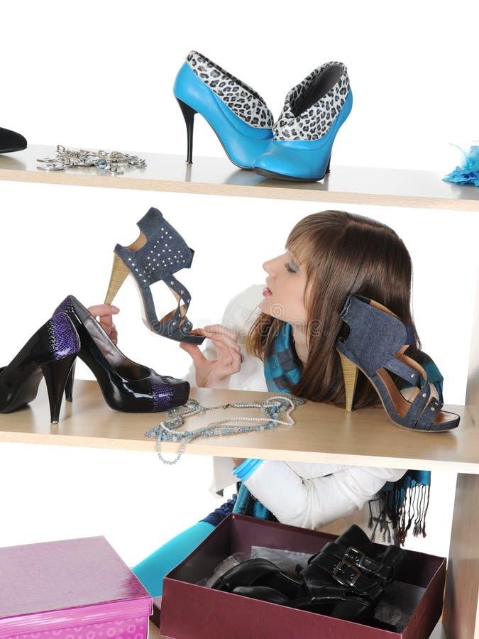 Frau, die Schuhe an einem Speicher wählt stockfotos