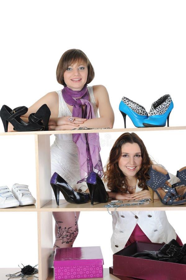 Frau, die Schuhe an einem Speicher wählt lizenzfreies stockfoto