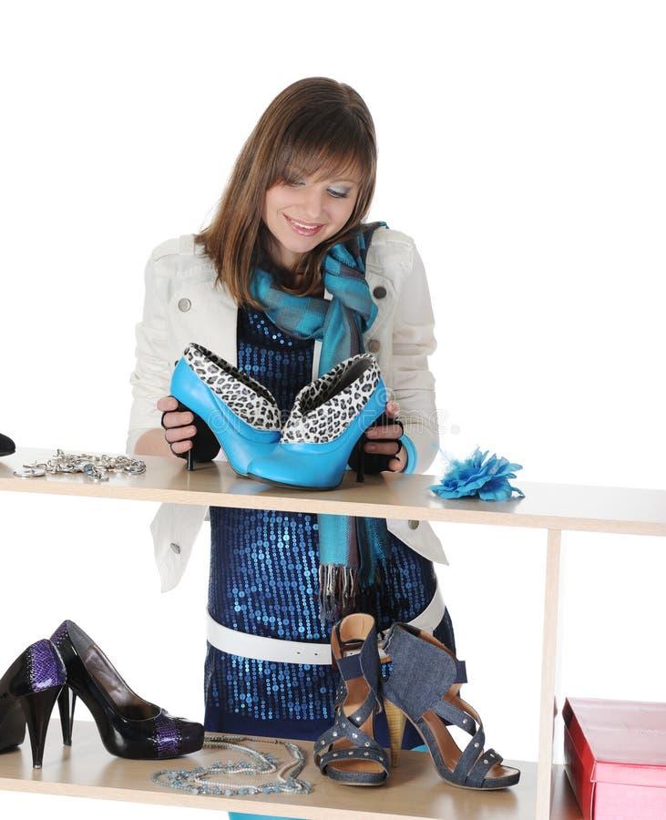 Frau, die Schuhe an einem Speicher wählt stockbilder