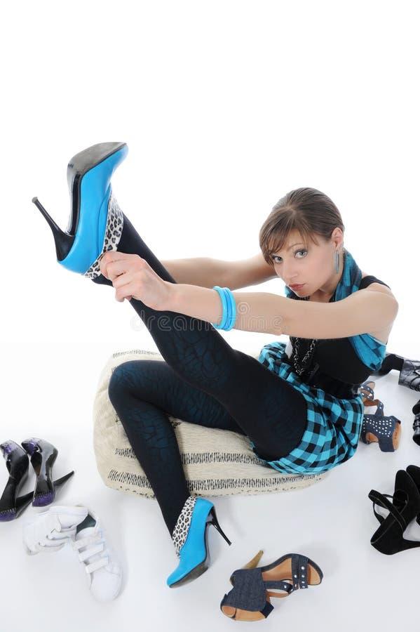 Frau, die Schuhe an einem Speicher wählt lizenzfreie stockfotos