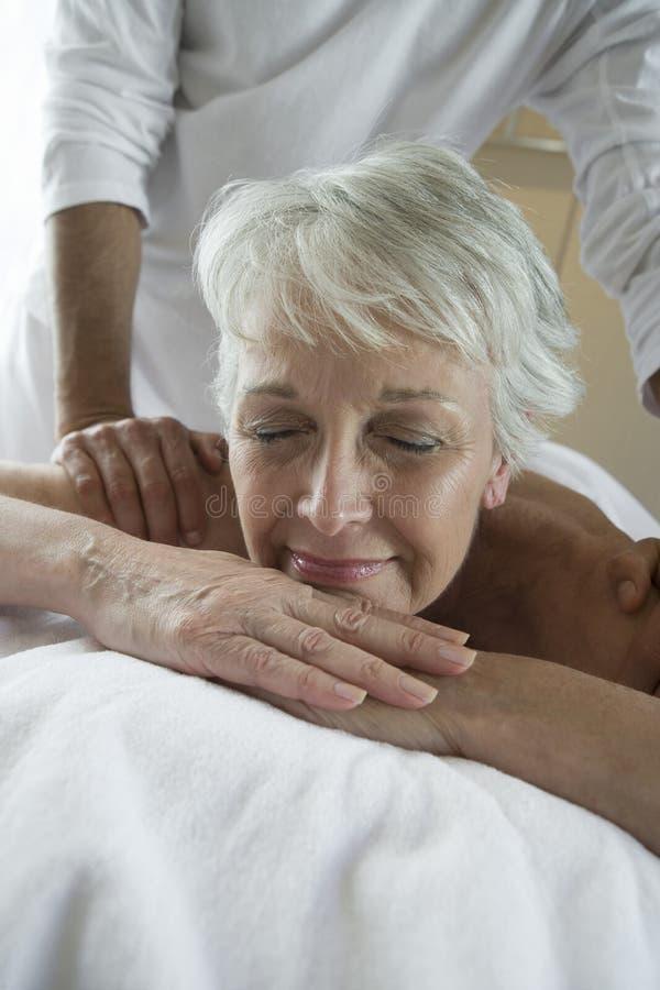 Frau, die Schulter-Massage genießt stockbilder