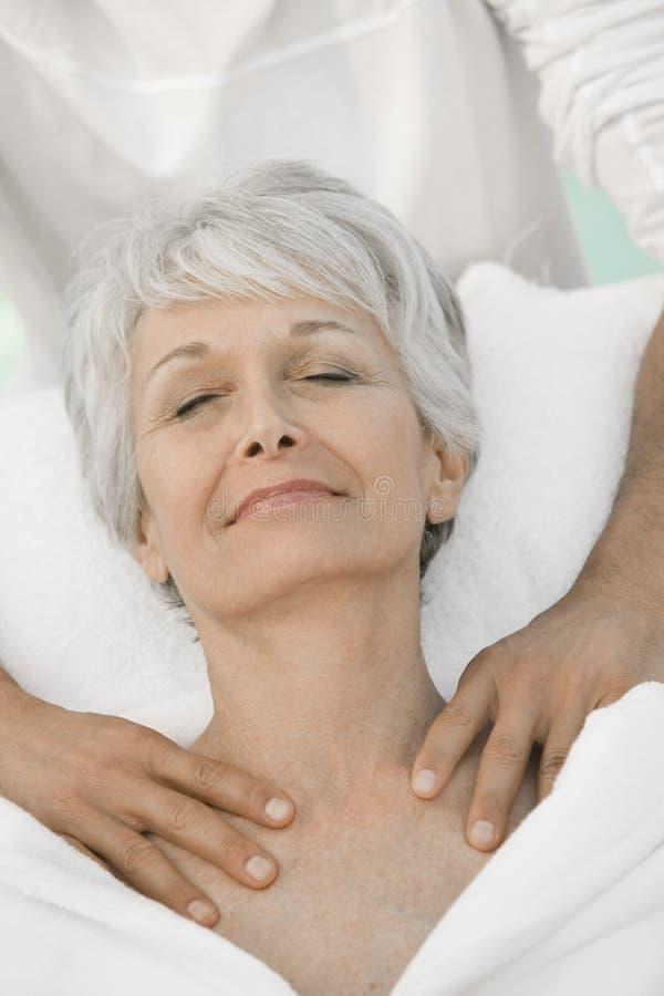Frau, die Schulter-Massage genießt lizenzfreie stockfotografie