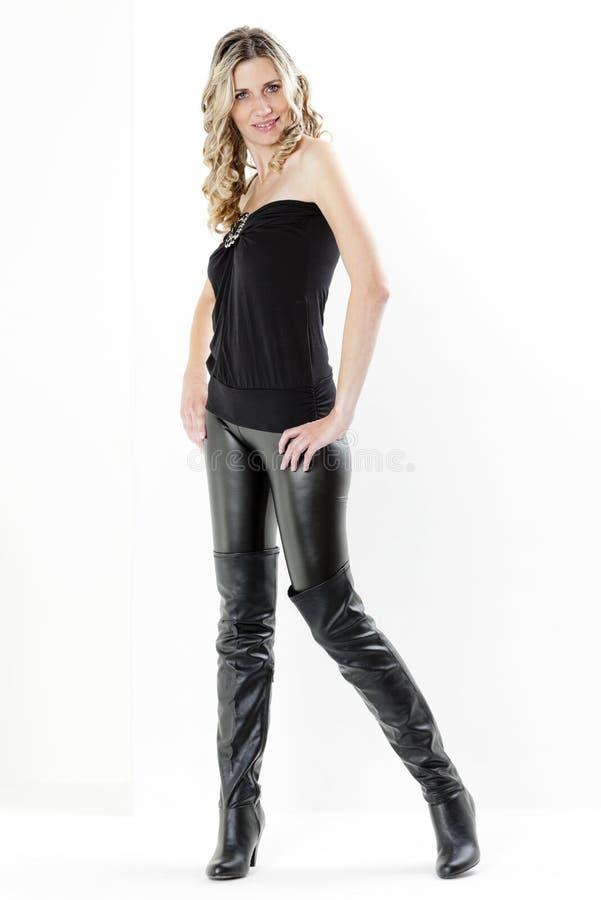 Frau, die schwarze Kleidung trägt lizenzfreies stockbild