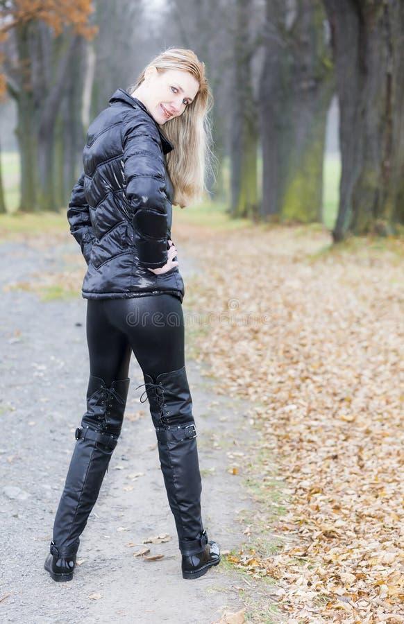 Frau, die schwarze Kleidung trägt stockfotos