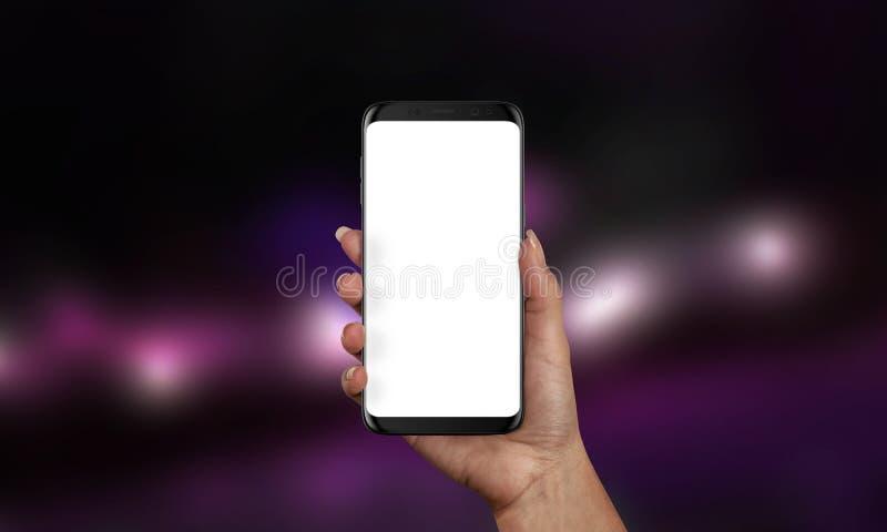 Frau, die schwarzen modernen Smartphone mit lokalisiertem Schirm für APP- oder Websitedarstellung hält stockfotografie