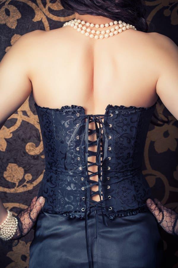 Frau, die schwarzes Korsett trägt lizenzfreies stockbild