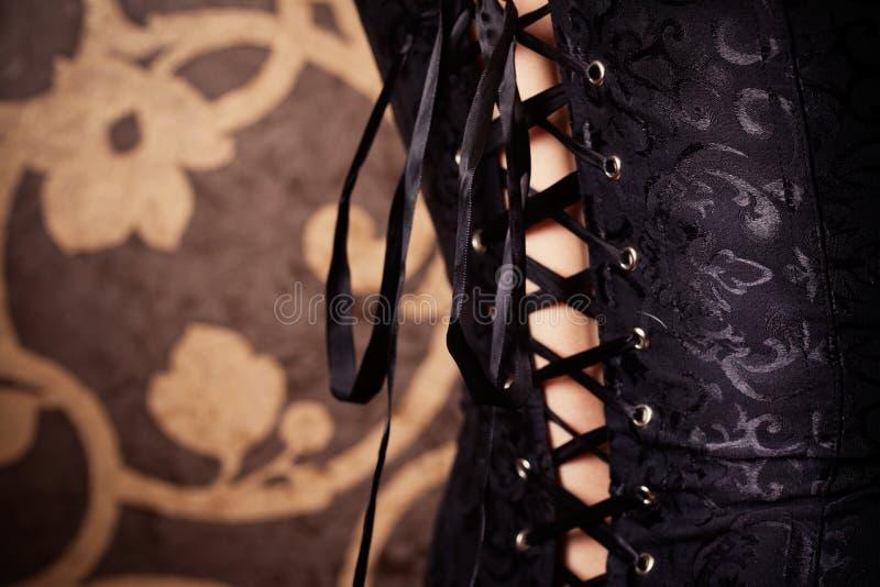 Frau, die schwarzes Korsett trägt stockfoto