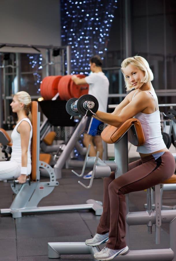 Frau, die schwere Gewichte anhebt stockbilder