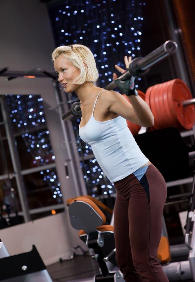 Frau, die schwere Gewichte anhebt lizenzfreie stockfotografie