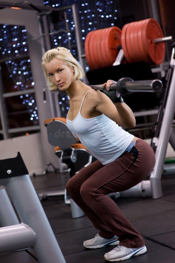 Frau, die schwere Gewichte anhebt stockbild