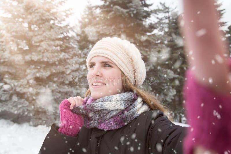 Frau, die selfie über Winterhintergrund nimmt lizenzfreies stockfoto
