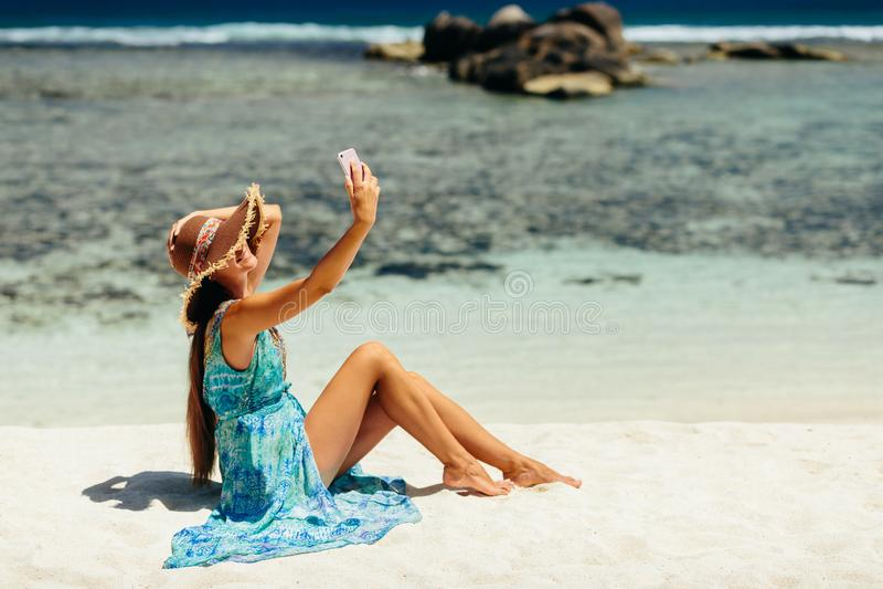 Frau, die selfie Foto auf Strand tut stockfotos