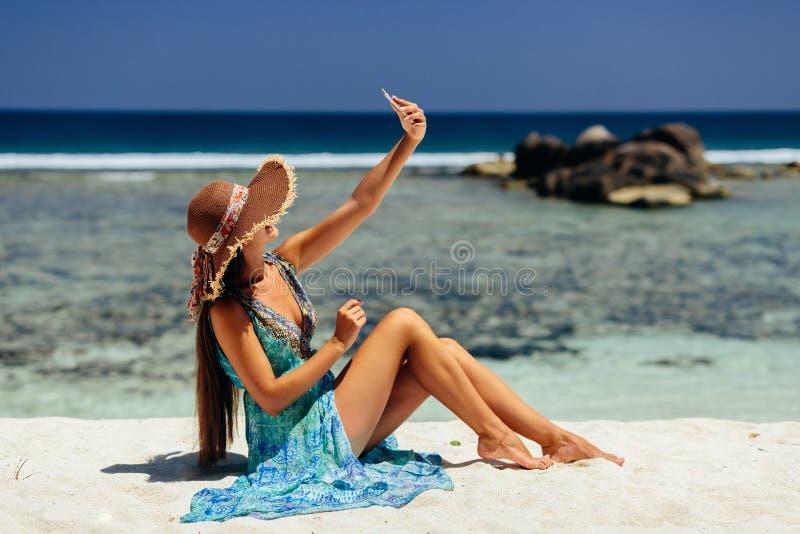 Frau, die selfie Foto auf Strand tut lizenzfreie stockbilder
