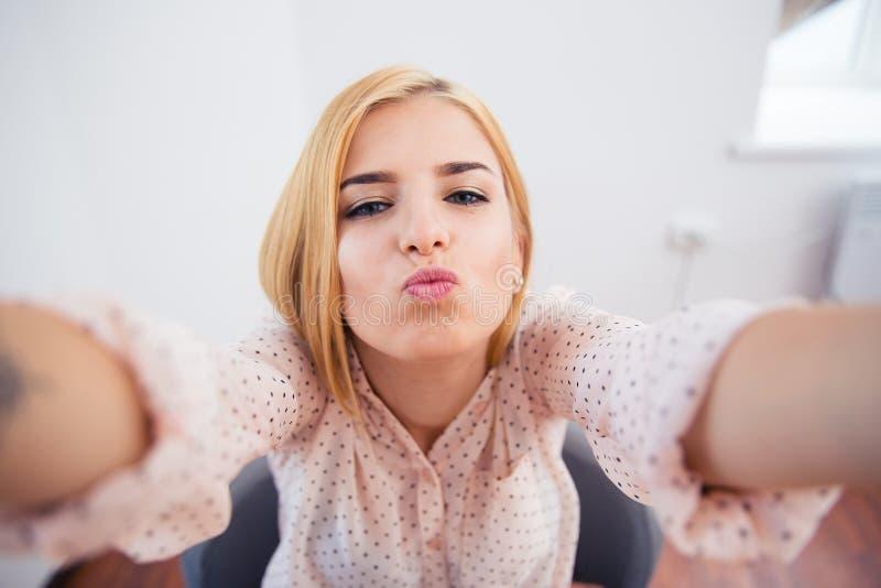 Frau, die selfie Foto küsst und macht stockbild