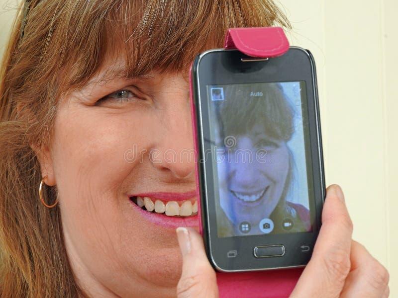 Frau, die selfie nimmt lizenzfreie stockfotografie