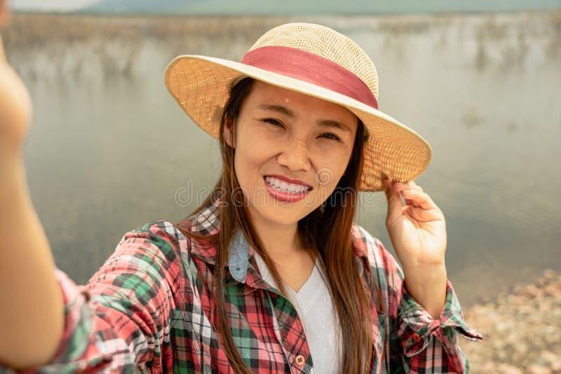 Frau, die selfie am See in der Sommerzeit nimmt lizenzfreies stockfoto
