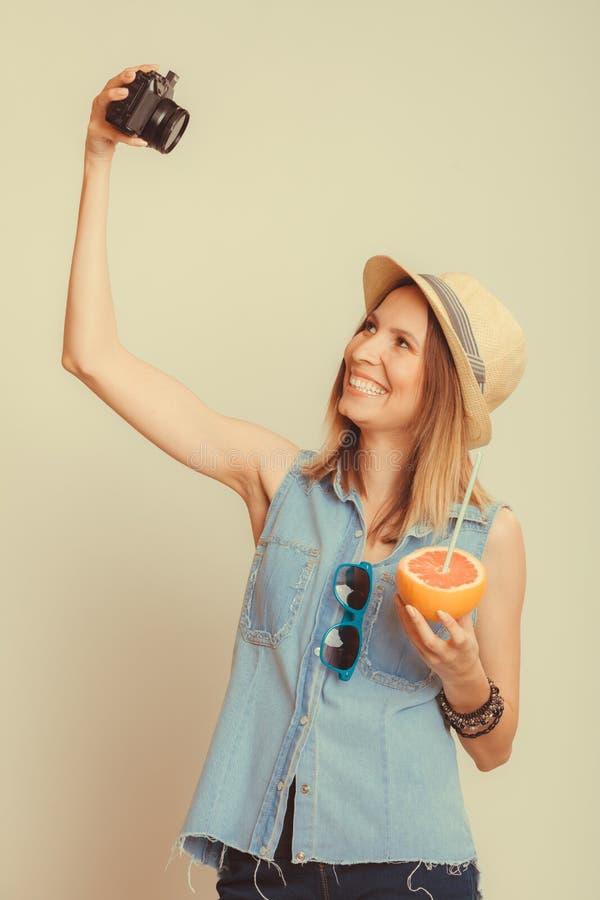 Frau, die selfie Selbstphoto mit Kamera macht lizenzfreies stockfoto