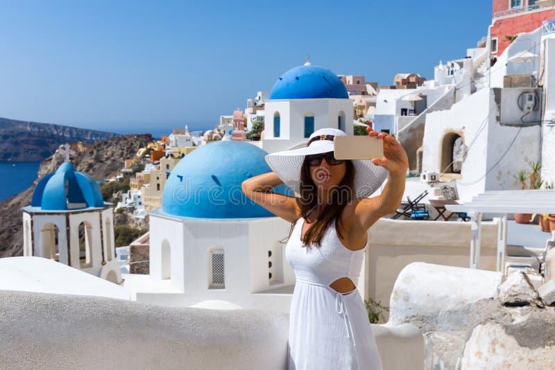 Frau, die selfies in Oia, Santorini, Griechenland nimmt lizenzfreie stockfotos