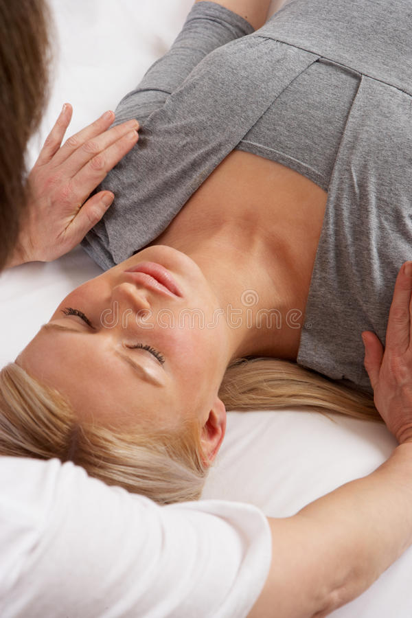 Frau, die Shiatsu Massage hat stockbild