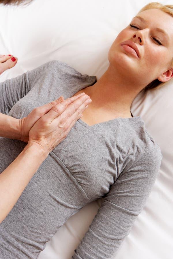 Frau, die Shiatsu Massage hat lizenzfreie stockbilder