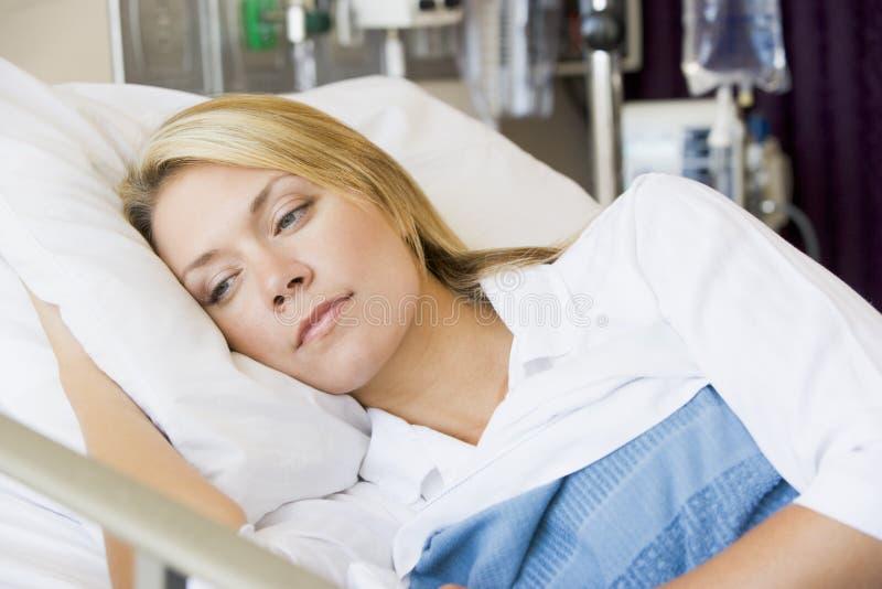 Frau, Die Sich Im Bett Hinlegt Stockfoto - Bild von wieder