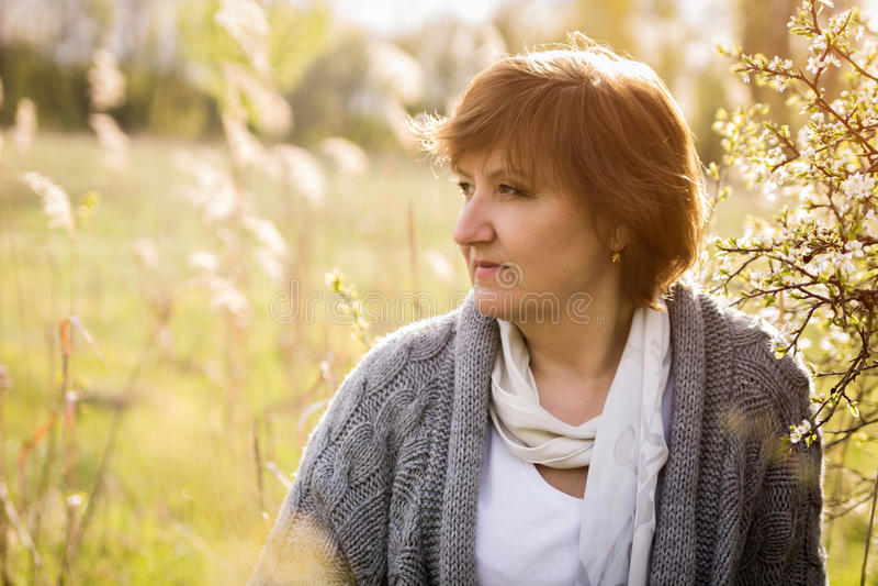Frau, die sich im Frühjahr Garten entspannt stockbild
