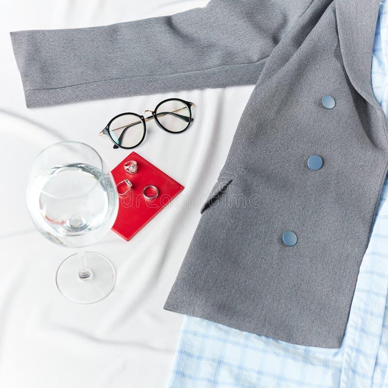 Frau, die sich vorbereitet zu gehen zu arbeiten Gläser, ein Glas Wasser auf weißem Hintergrund stockbilder