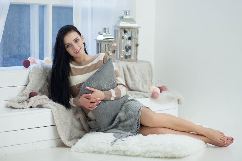 Frau, die sich zu Hause entspannt stockfotografie
