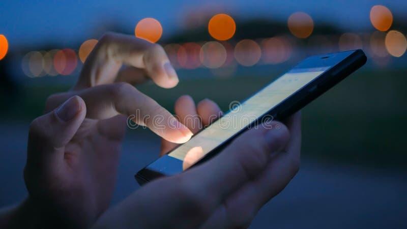 Frau, die Smartphone in der Stadt verwendet lizenzfreie stockfotografie