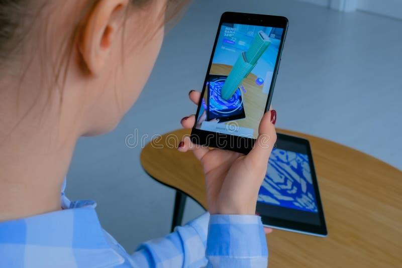 Frau, die Smartphone mit vergr??ertem Wirklichkeit Architekturapp verwendet lizenzfreie stockfotos