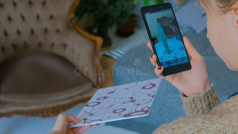 Frau, die Smartphone mit vergr??erter Wirklichkeits-APP verwendet stockbilder
