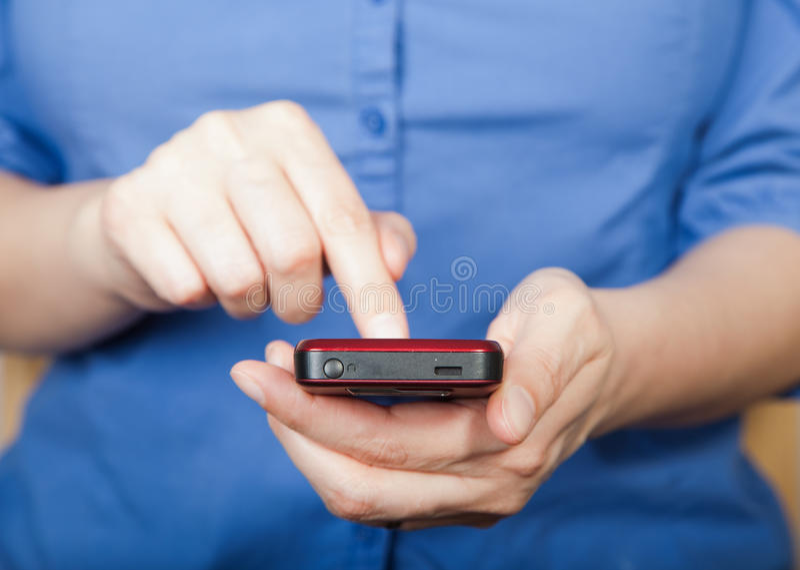 Frau, die smartphone verwendet stockbild