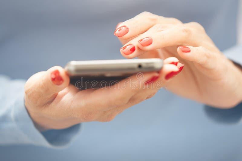 Frau, die smartphone verwendet lizenzfreie stockbilder