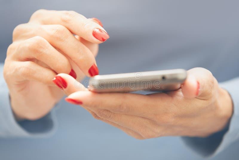 Frau, die smartphone verwendet stockfoto