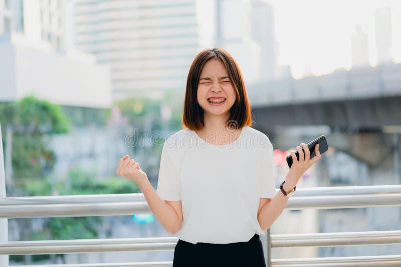 Frau, die Smartphone, w?hrend der Freizeit verwendet Das Konzept der Anwendung des Telefons lizenzfreies stockbild