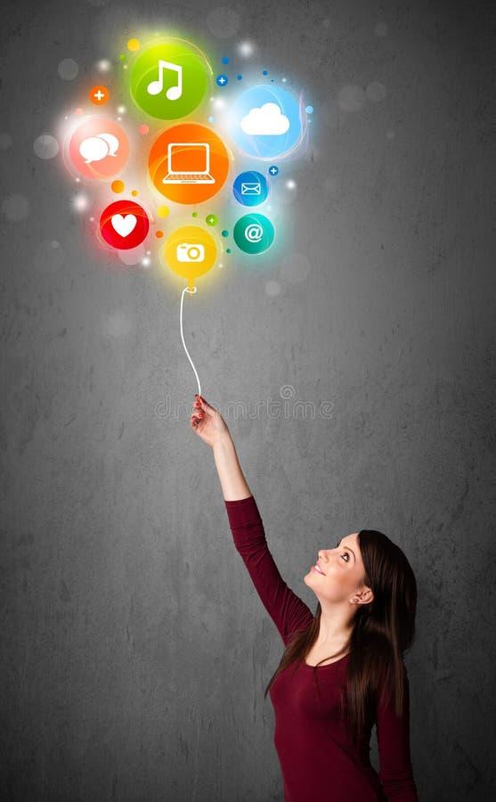Frau, die Social Media-Ballon hält stockfoto