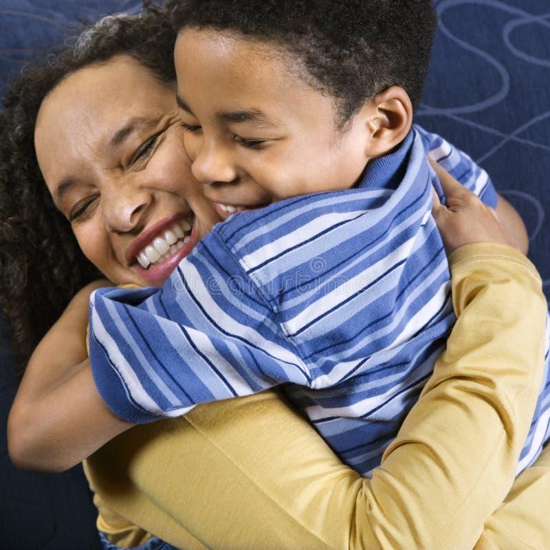 Frau, die Sohn umarmt stockbild