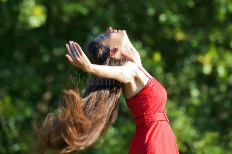 Frau, die Sommer genießt lizenzfreie stockfotografie