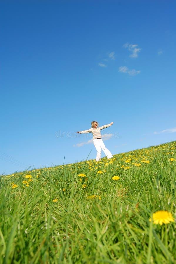Frau, die Spaß auf Frühling mea hat lizenzfreies stockfoto