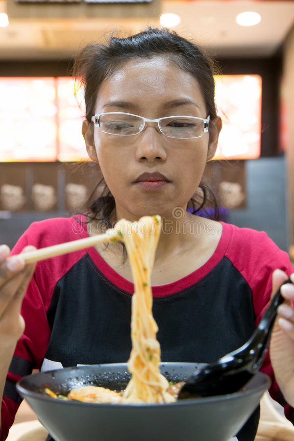 Frau, die Spaghettis isst lizenzfreie stockbilder