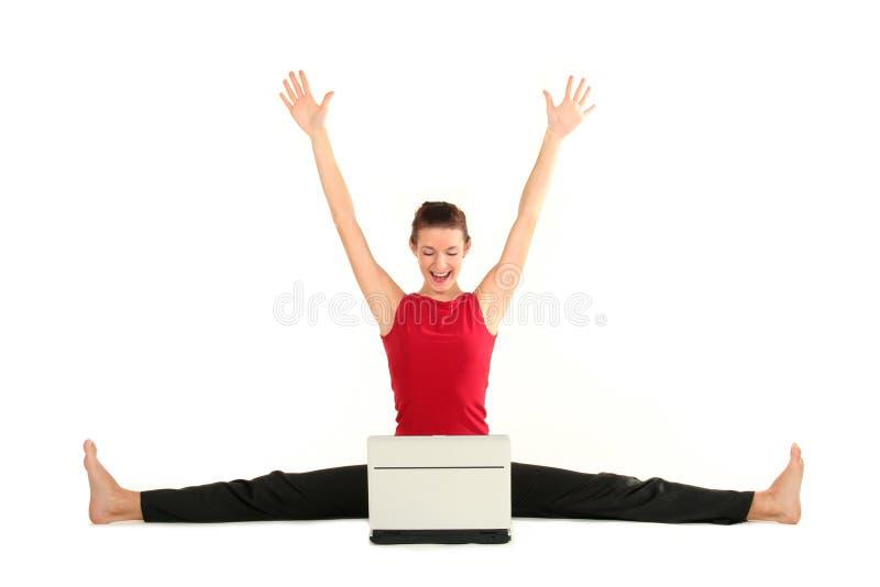 Frau, die Spalte mit Laptop tut lizenzfreies stockbild