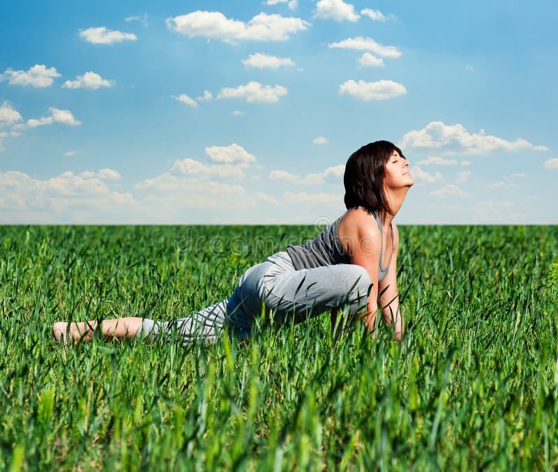 Frau, die Sportübungen am Feld tut lizenzfreie stockfotos