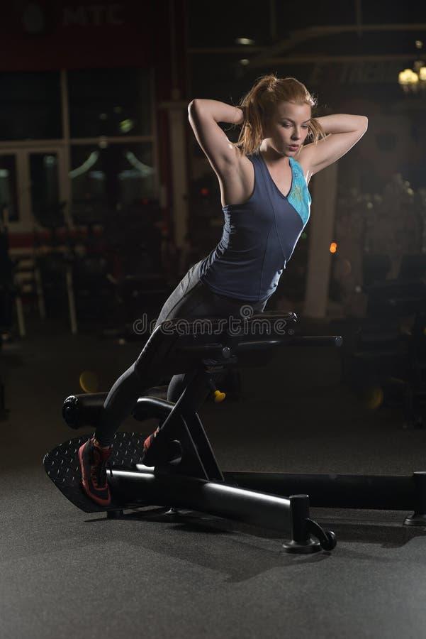 Frau, die Stärkeübungen für ABSmuskeln tut stockfotos