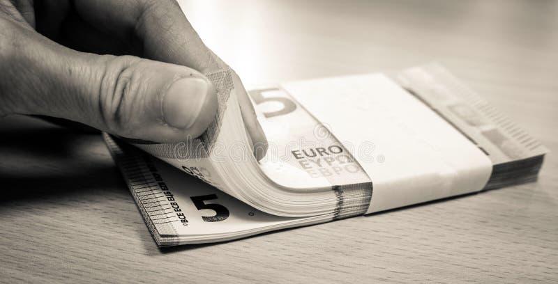 Frau, die Stapel von fünf Eurorechnungen zählt lizenzfreies stockfoto