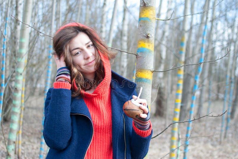 Frau, die Staubkornwald hält stockbild