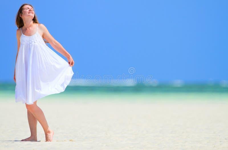 Frau, die Strandferien genießt lizenzfreies stockfoto