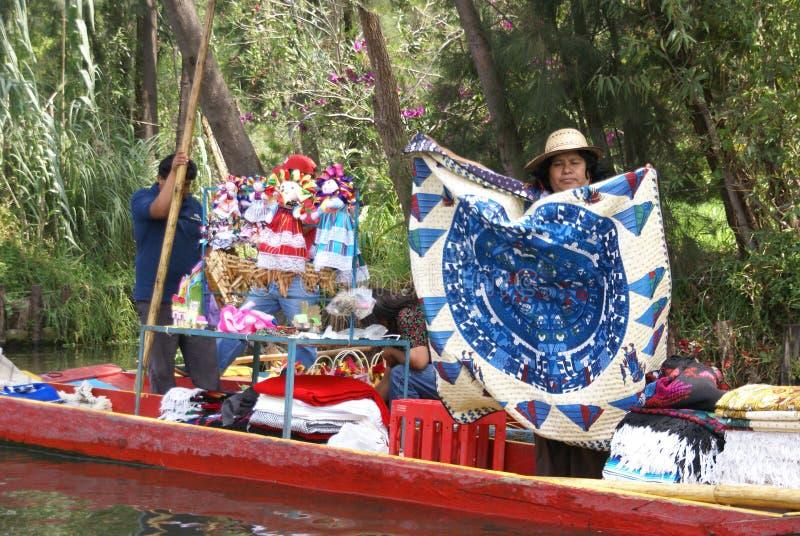 Frau, die tabelcloths vom kleinen Boot verkauft lizenzfreies stockbild