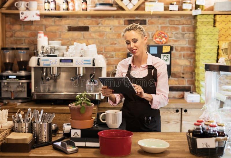 Frau, die Tablet-Computer im Caf? verwendet stockfotos