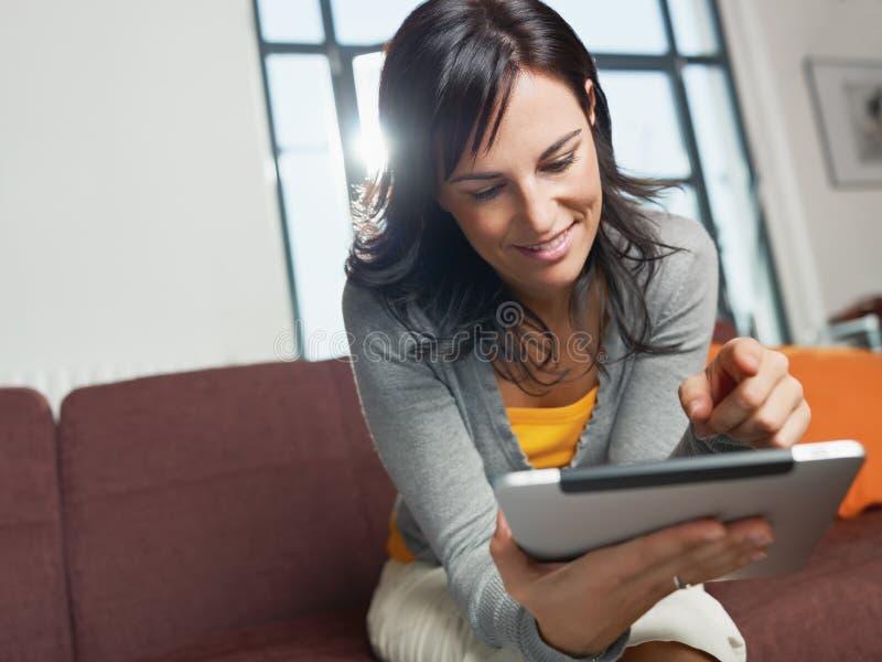 Frau, die Tablette-PC verwendet stockbild