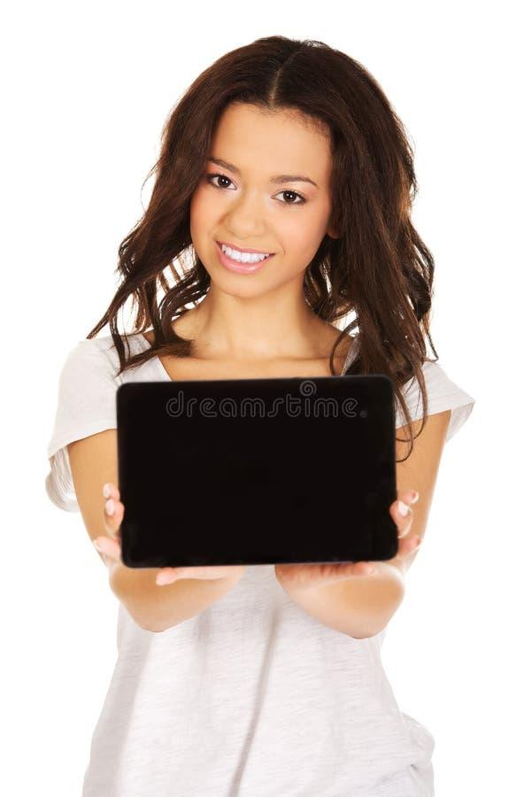 Frau, die Tablettencomputer zeigt lizenzfreie stockfotografie